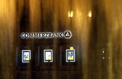 Société générale a démenti vendredi toute discussion en vue d'un projet de rachat de la banque allemande Commerzbank évoqué dans la presse allemande. /Photo d'archives/REUTERS/Lisi Niesner