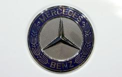 Логотип на капоте  Mercedes Benz на автошоу в Женеве 5 марта 2014 года. Немецкий автоконцерн Daimler, не имеющий производства легковых автомобилей в РФ, ведет переговоры о выпуске Mercedes-Benz S-класса в Татарстане, сообщил Рейтер источник в госкорпорации Ростех. REUTERS/Arnd Wiegmann