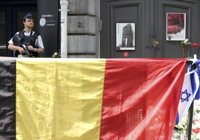 A police officer stands guard behind Belgian and Israeli flags at the Jewish Museum in Brussels June 1, 2014. REUTERS/Francois Lenoir