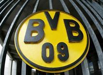 Le logo du Borussia Dortmund. Deutsche Bank, la plus grande banque allemande, a déclaré vendredi qu'elle avait décidé de ne pas entrer pour le moment au capital du Borussia Dortmund, seul club allemand de football coté en Bourse. ./Photo d'archives/REUTERS