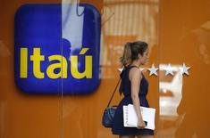 Axa est intéressé par le rachat d'actifs d'assurances mis en vente par la banque brésilienne Itau Unibanco, a déclaré vendredi le PDG de l'assureur français, Henri de Castries. /Photo prise le 29 janvier 2014/REUTERS/Sergio Moraes