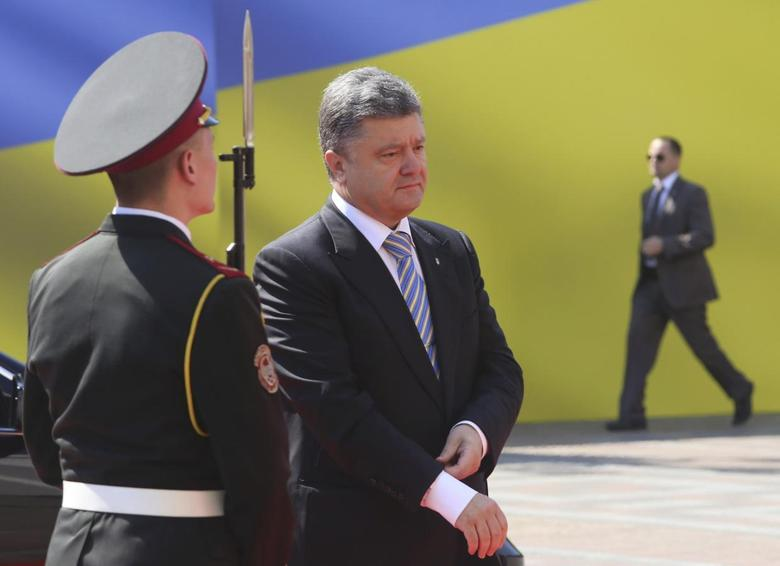 Petro Poroshenko (C) walks past the honour guard as he arrives for his inauguration ceremony as Ukraine's new president in Kiev June 7, 2014. REUTERS/Konstantin Grishin