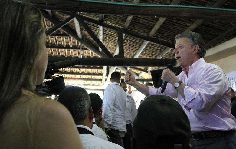Colombia's President Juan Manuel Santos speaks to supporters during a campaign rally for the presidential elections in Cali May 31, 2014. REUTERS/Jaime Saldarriaga