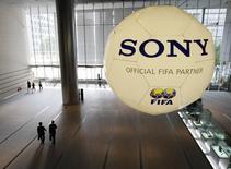 Sony <6758.T> se ha convertido en el primer patrocinador de la Copa del Mundo del fútbol en pedir una investigación sobre las acusaciones de soborno en la candidatura de Catar 2022, aumentando la presión sobre los responsables deportivos que han amenazado con trasladar el torneo si se demuestra que las alegaciones son ciertas. En la imagen de archivo una pelora enorme patrocinada por Sony en un evento de la FIFA  en Tokio el 19 de junio de 2009.   REUTERS/Kim Kyung-Hoon