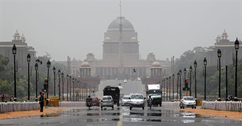 Commuters travel through a mirage on a hot summer day in front of Rashtrapati Bhavan in New Delhi June 7, 2014. REUTERS/Vijay Mathur