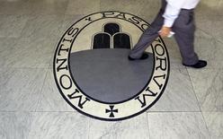 Banca Monte dei Paschi di Siena lance une augmentation de capital de cinq milliards d'euros, visant à rembourser une aide publique et à renforcer son bilan dans la perspective de l'examen de santé que doivent passer les établissements européens cette année. /Photo d'archives/REUTERS/Alessandro Bianchi
