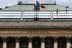 Les Bourses européennes sont stables ou en légère hausse lundi à mi-séance, dans un marché creux en l'absence de nombreux investisseurs partis pour le long week-end de la Pentecôte. À Paris, le CAC 40 cédait 0,05% vers 10h40 GMT, à Francfort, le Dax preait 0,08%, et à Londres, le FTSE avançait de 0,19%. /Photo d'archives/REUTERS/Charles Platiau