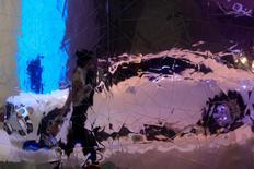 Отражение автомобиля в стене на Московском автосалоне 29 августа 2012 года. Авторынок РФ в мае 2014 года снизился на 12 процентов. REUTERS/Sergei Karpukhin