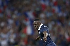 Meia francês Blaise Matuidi comemora seu segundo gol marcado contra a Jamaica, durante amistoso preparatório para o Mundial no estádio Pierre Mauroy, em Villeneuve d'Ascq, França. A França arrasou a Jamaica por 8 X 0 no domingo. 8/06/2014. REUTERS/Pascal Rossignol