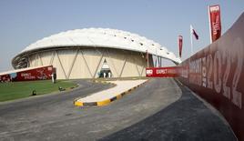 Réplica de estádio fotografada no Catar durante inspeção da Fifa, em Doha. Adidas, Sony, Visa e Coca-Cola, alguns dos principais patrocinadores da Fifa, pediram no domingo que os administradores do futebol mundial lidem diligentemente com as alegações de suborno na concessão da realização da Copa de 2022 ao Catar. 14/09/2010 REUTERS/Fadi Al-Assaad
