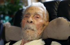 111 year-old Dr. Alexander Imich, the world's oldest living man, poses for a photograph during an interview with Reuters at his home on New York City's upper west side in this May 9, 2014 file photo.  REUTERS/Mike Segar/Files