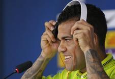 Daniel Alves em entrevista à imprensa antes de treino na Granja Comary, em Teresópolis. 9/6/2014.  REUTERS/Marcelo Regua