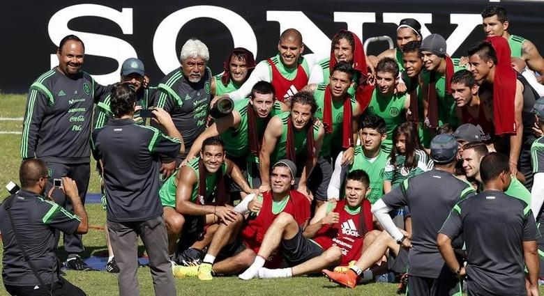 Mexico's national soccer team pose for a photograph after their training session in Santos prior to the 2014 World Cup in Sao Paulo June 8, 2014. REUTERS/Paulo Whitaker