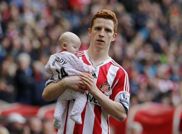 Sunderland's Jack Colback does a lap of honour holding his baby after their English Premier League soccer match against Swansea City at the Stadium of Light in Sunderland, northern England May 11, 2014. REUTERS/Russell Cheyne (BRITAIN - Tags: SPORT SOCCER) NO USE WITH UNAUTHORIZED AUDIO, VIDEO, DATA, FIXTURE LISTS, CLUB/LEAGUE LOGOS OR ''LIVE'' SERVICES. ONLINE IN-MATCH USE LIMITED TO 45 IMAGES, NO VIDEO EMULATION. NO USE IN BETTING, GAMES OR SINGLE CLUB/LEAGUE/PLAYER PUBLICATIONS. FOR EDITORIAL USE ONLY. NOT FOR SALE FOR MARKETING OR ADVERTISING CAMPAIGNS - RTR3OODM