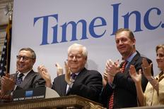 El presidente de Time Inc, Joe Ripp (segundo desde la izquierda), aplaude en la apertura de la Bolsa de Nueva York. Nueva York, 9 de junio de 2014. REUTERS/Carlo Allegri. Las acciones de la editorial de revistas Time Inc bajaron el lunes en su primera sesión en bolsa, después de que la compañía se escindió de Time Warner Inc, pese a que el presidente ejecutivo Joe Ripp se comprometió a hacer crecer el negocio.