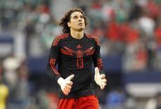 O goleiro do México, Guillermo Ochoa, durante amistoso contra o Equador em Arlington, no Texas, em maio. 31/05/2014 REUTERS/Mike Stone
