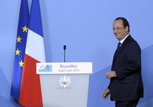 En la imagen el presidente de Francia Fracois Hollande sonríe al llegar a una conferencia de prensa al término de la cumbre del G7 en el Consulado Europeo de Bruselas, 5 de junio de 2014. La economía francesa sólo cobró un impulso marginal en el segundo trimestre tras haberse estancado en los tres primeros meses del año, estimó el martes el Banco de Francia. REUTERS/Laurent Dubrule