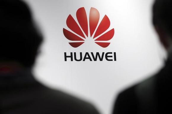 Journalists attend the presentation of the Huawei's new smartphone, the Ascend P7, launched by China's Huawei Technologies in Paris, May 7, 2014.  REUTERS/Philippe Wojazer/Files