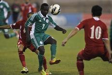 Ejike Uzoenyi (C) disputa lance em jogo contra Jordânia em 2013.  REUTERS/Muhammad Hamed