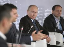 El presidente de Rusia, Vladimir Putin, asiste a un foro dedicado a los emprendedores de negocios en Internet en Moscú, 10 de junio de 2014. Putin dijo el martes que la lucha contra los contenidos ilegales en Internet no debería convertirse en una batalla contra la libertad de expresión, en un intento por calmar los temores a posibles restricciones a los medios y a las redes sociales.  REUTERS/Alexei Druzhinin/RIA Novosti/Kremlin