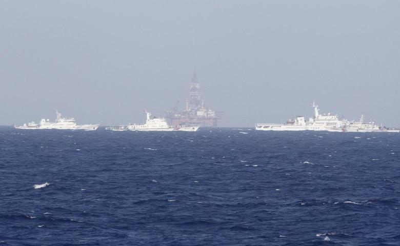 Chinese oil rig Haiyang Shi You 981 is seen surrounded by ships of China Coast Guard in the South China Sea, about 210 km (130 miles) off shore of Vietnam May 14, 2014. REUTERS/Nguyen Minh