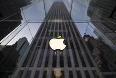 La Commission européenne ouvre trois enquêtes approfondies sur les politiques d'optimisation fiscale d'Apple, de Starbucks et d'une filiale de Fiat impliquant des sociétés en Irlande, aux Pays-Bas et au Luxembourg. /Photo d'archives/REUTERS/Brendan McDermid
