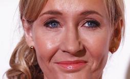 """La autora J. K. Rowling asiste a un evento de recaudación de fondos en los estudios de Warner Bros. en Londres, 9 de noviembre de 2013. La autora británica JK Rowling, creadora de los exitosos libros de """"Harry Potter"""", ha donado un millón de libras (1,68 millones de dólares) a la campaña contra la independencia de Escocia, afirmando el miércoles que creía que era mejor que el territorio siga siendo parte de Reino Unido.   REUTERS/Olivia Harris"""