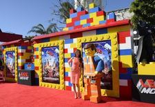 """En esta imagen de archivo, la actriz Alison Brie asiste al preestreno de la película de Lego en Los Ángeles, el 1 de febrero de 2014. Amazon.com Inc rechazó tomar pedidos en preventa de los próximos lanzamientos en vídeo de películas de Time Warner, entre ellos """"The Lego Movie"""", """"300: Rise of an Empire"""", """"Winter's Tale"""" y """"Transcendence"""", publicó el diario estadounidense New York Times. REUTERS/Phil McCarten"""