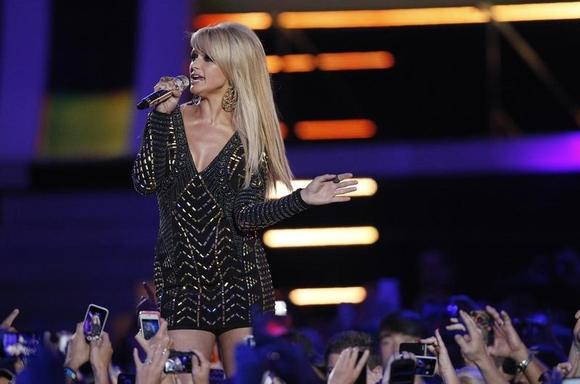 Singer Miranda Lambert performs ''Somethin' Bad'' during the 2014 CMT Music Awards in Nashville, Tennessee June 4, 2014.    REUTERS/Harrison McClary/Files