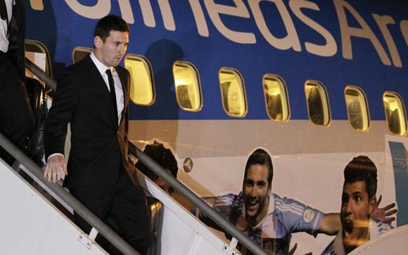 Argentina's Lionel Messi arrives with the national soccer team at the international airport in Belo Horizonte, ahead of the 2014 World Cup, June 9, 2014.   REUTERS/Washington Alves (BRAZIL  - Tags:  SOCCER SPORT WORLD CUP)   - RTR3SYPO