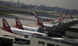 Aviones Boeing 737 de la aerolínea brasileña Gol y los Airbus A320 de TAM están detenidos en el aeropuerto Congonhas en Sao Paulo. 17 enero, 2014. La Agencia Nacional de Aviación Civil (ANAC) de Brasil informó el miércoles que hasta el 9 de junio aprobó 103.847 vuelos nacionales e internacionales en todo el país para el Mundial. REUTERS/Nacho Doce