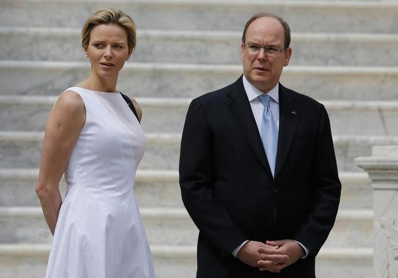 Prince Albert II of Monaco and his wife Princess Charlene wait for the arrival of Montenegro's President Filip Vujanovic and his wife Svetlana (not pictured) in the main courtyard of the Monaco Palace May 6, 2014.       REUTERS/Eric Gaillard