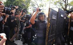 Jornalistas fotografam ação da Polícia Militar para dispersar um protesto contra a Copa na estação de metrô Carrão, zona leste de São Paulo.  12/06/2014.  REUTERS/Nacho Doce