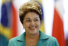A presidente Dilma Rousseff sorri durante encontro nesta sexta-feira com a presidente chilena Michelle Bachelet, no Palácio do Planalto, Brasília. 12/06/2014 REUTERS/Ueslei Marcelino