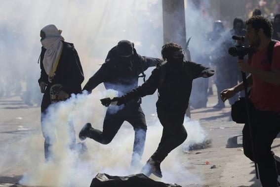 Demonstrators clash with police during a protest against the 2014 World Cup in Rio de Janeiro June 12, 2014.   REUTERS/Lunae Parracho
