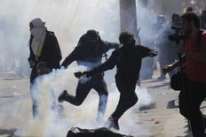 Manifestantes enfretam polícia durante protesto contra a Copa do Mundo no Rio de Janeiro. 12/6/2014 REUTERS/Lunae Parracho