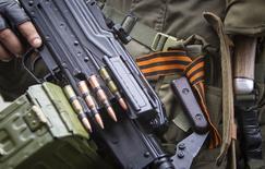 Пророссийский сепаратист 12 июня 2014 года в Снежном, где Украина обнаружила три танка на контролируемой сепаратистами приграничной территории на востоке страны и обвинила Россию в том, что она позволила тяжелой военной технике пересечь границу и вступить в бой с украинской армией. REUTERS/Shamil Zhumatov