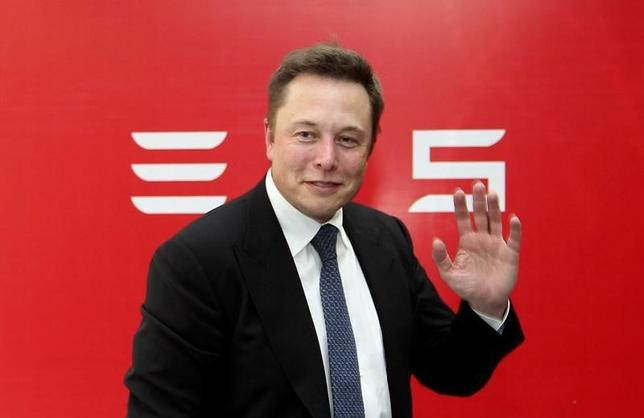 Elon Musk, CEO of Tesla Motors, waves during a news conference to mark the company's delivery of the first batch of electric cars to Chinese customers in Beijing April 22, 2014. REUTERS/Stringer