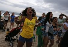 Torcedores assistem à partida de abertura da Copa do Mundo, entre Brasil e Croácia, em Copacabana. 6/12/2014 REUTERS/Pilar Olivares (BRAZIL  - Tags: SOCCER SPORT WORLD CUP)