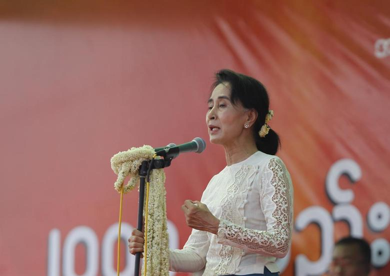 Myanmar's pro-democracy leader Aung San Suu Kyi delivers a speech calling for the amendment of the 2008 Constitution at a rally in Aungpinlae Stadium in Mandalay, May 18, 2014. REUTERS/Soe Zeya Tun