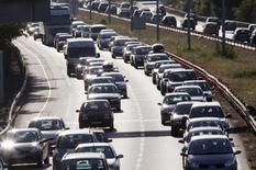 Le budget moyen de l'automobiliste français a reculé pour la première fois depuis des années en 2013 en raison de la baisse conjuguée des prix de l'essence et des véhicules mais aussi de moteurs moins gourmands en carburant, selon une étude de l'Automobile club Association. /Photo d'archives/REUTERS/Régis Duvignau