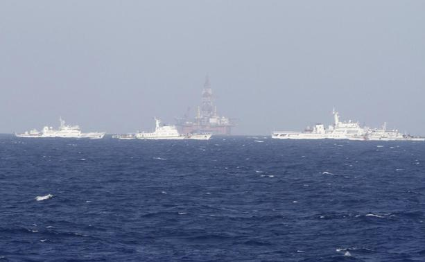 Chinese oil rig Haiyang Shi You 981 is seen surrounded by ships of China Coast Guard in the South China Sea, about 210 km (130 miles) off shore of Vietnam May 14, 2014.  REUTERS-Nguyen Minh