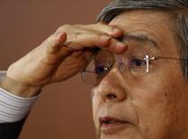 El gobernador del Banco de Japón, Haruhiko Kuroda, mira a un periodista que le hace preguntas durante una conferencia de prensa en la casa matriz del BOJ en Tokio, 13 de junio de 2014. El Banco de Japón (BOJ, por sus siglas en inglés) mantuvo estable el viernes su política monetaria y revisó al alza su evaluación del crecimiento de las economías extranjeras, mostrando confianza en que el país puede cumplir su meta de precios sin un estímulo adicional. REUTERS/Yuya Shino