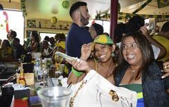 Seissa Belmondo e Andrea Vitiello compram drinques em um restaurante brasileiro, em Miami.  REUTERS/Zachary Fagenson