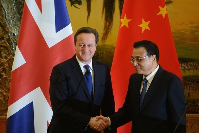 Britain's Prime Minister David Cameron (L) and China's Premier Li Keqiang shake hands following a signing ceremony at the Great Hall of the People in Beijing December 2, 2013. REUTERS/Ed Jones/Pool