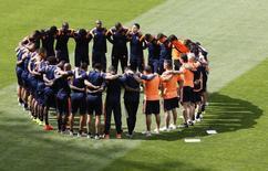 Jogadores da seleção colombiana rezam antes de treino em Belo Horizonte. 13/06/2014.  REUTERS/Leonhard Foeger