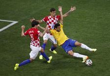 Lance em que o árbitro japonês Yuichi Nishimura marcou pênalti de Lovren sobre Fred durante jogo entre Brasil e Croácia, na Copa do Mundo. 12/06/2014. REUTERS/Paulo Whitaker