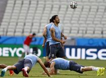 Jogador uruguaio Luis Suárez (centro) durante treinamento em Fortaleza. 13/6/2014 REUTERS/Dominic Ebenbichler