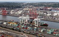 Imagen de archivo de una serie de contenedores a apilados en el puerto de Seattle, EEUU, ago 21 2012. Los precios al productor en Estados Unidos bajaron en mayo luego de dos meses de avances sólidos, pero los declives no bastaron para modificar las percepciones de que las presiones sobre la inflación están subiendo de modo sostenido.  REUTERS/Anthony Bolante