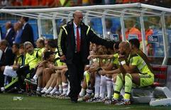 Técnico espanhol Vicente Del Bosque consola jogadores durante partida contra Holanda, na qual a Espanha foi derrotada por 5 x 1 na Arena Fonte Nova, em Salvador. 13/6/2014 REUTERS/Michael Dalder